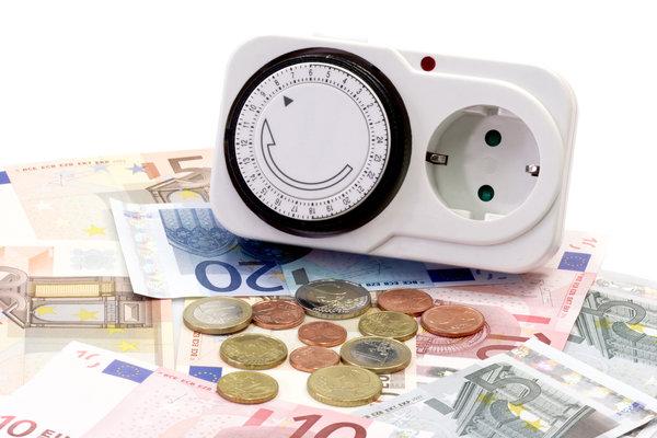 Geld liegt aufm Tisch und auf diesem befindet sich eine Zeitschaltuhr