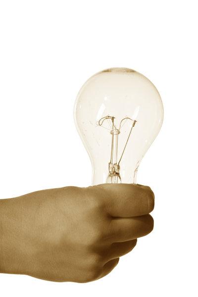 Mann hält eine Glühbirne in der Hand