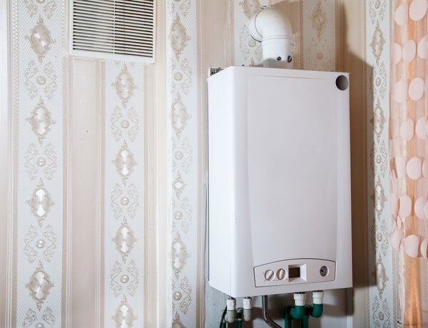 Moderner Boiler in weißer Farbe