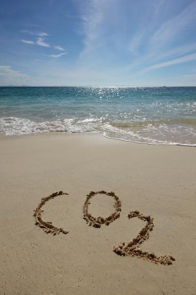 """Schriftzug """"CO2"""" im Sand"""