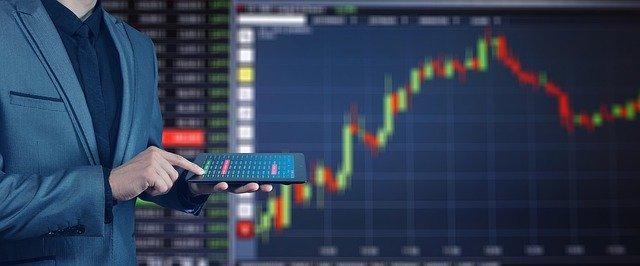 Wertpapierhändler hält Tabelt in der Hand