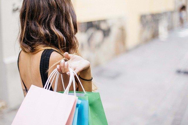 Frau mit 3 Einkaufstüten nach einer Shoppingtour