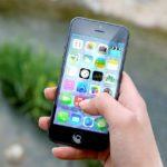 iPhone in der Hand einer Frau